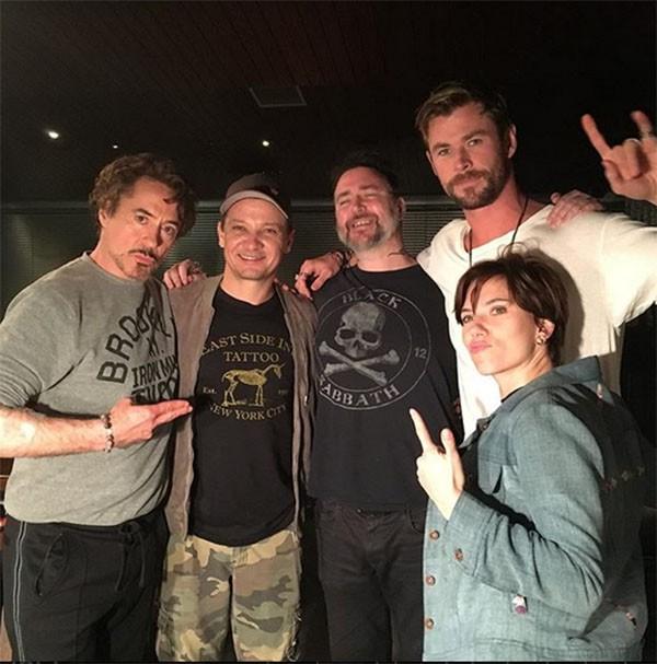 Robert Downey Jr., Jeremy Renner, Chris Hemsworth e Scarlett Johansson com Josh Lord (Foto: Instagram)