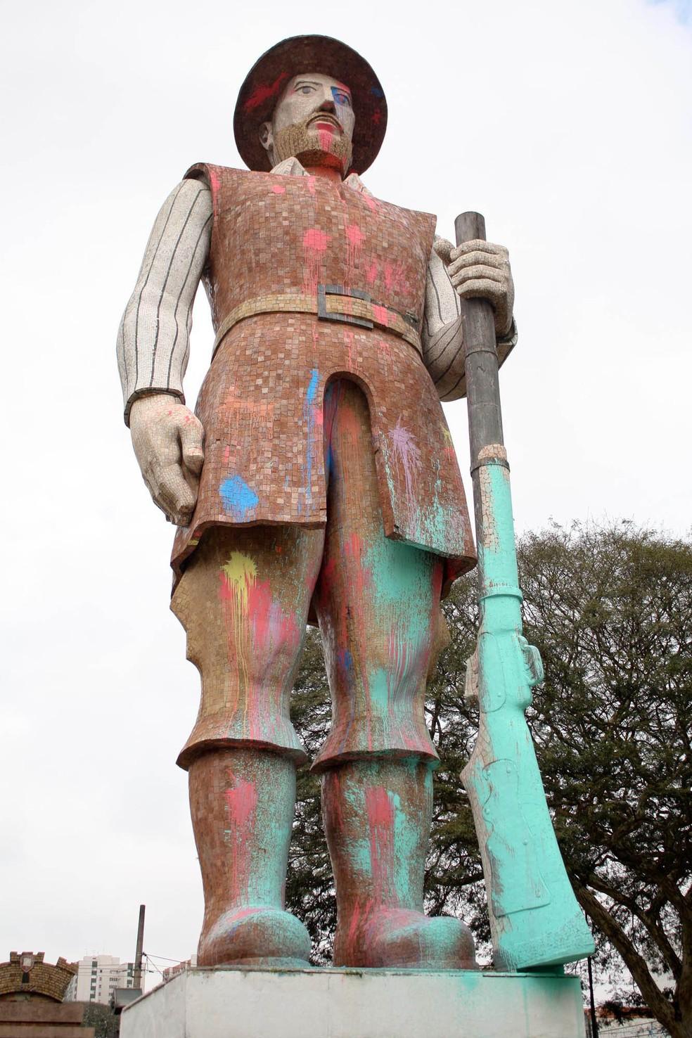 A estátua do Borba Gato, em Santo Amaro, na zona sul de São Paulo, amanheceu coberta de tinta colorida nesta sexta-feira, 30 — Foto: Luiz Claudio Barbosa/ Estadão Conteúdo