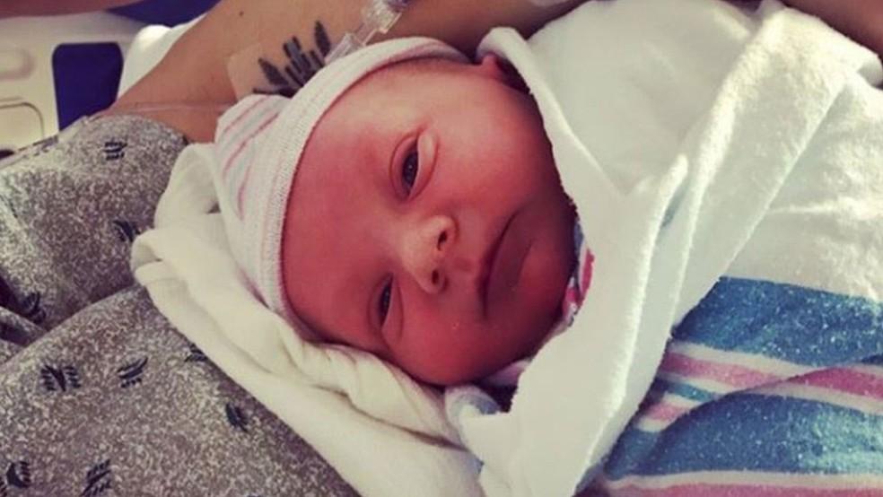 O nome que o bebê ganhou, Jameson, foi escolhido por ouvintes - ele é o primeiro filho da apresentadora (Foto: Instagram/@radiocassiday /BBC)