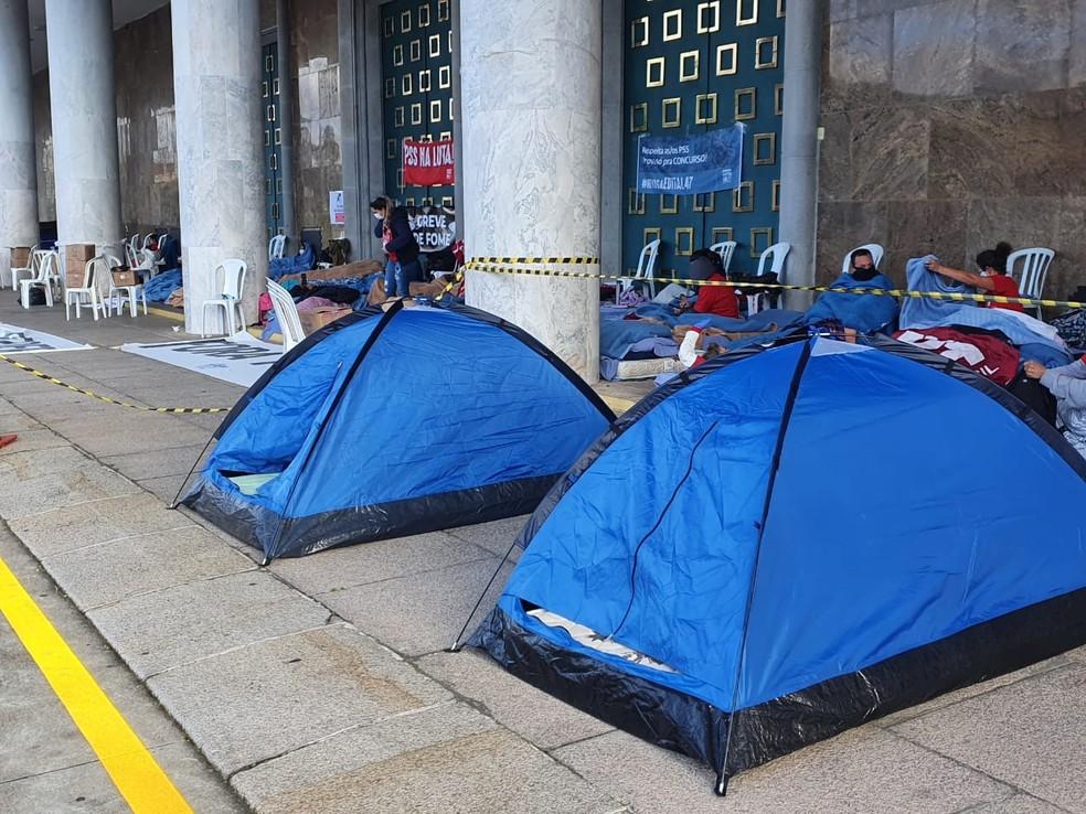 Professores fazem greve de fome em frente ao Palácio Iguaçu, em Curitiba, para protestar contra o formato de seleção do PSS  — Foto: Amanda Menezes/RPC