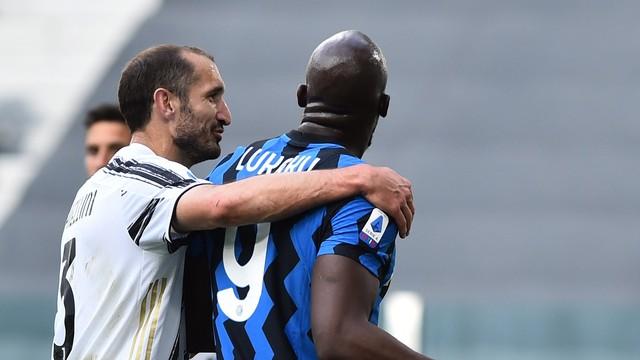 Chiellini abraça Lukaku no clássico