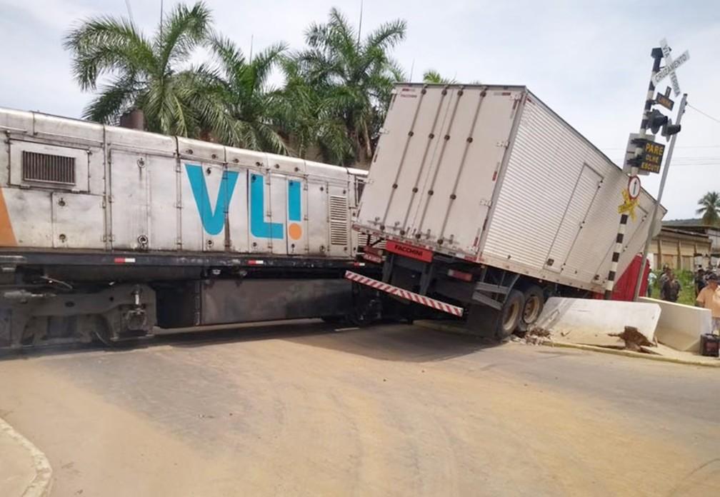 Caminhão é atingido por trem após motorista tentar atravessar linha férrea em Brumado — Foto: Bahia 10