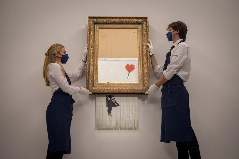 Funcionários da casa de leilões Sotheby's apresentam a obra