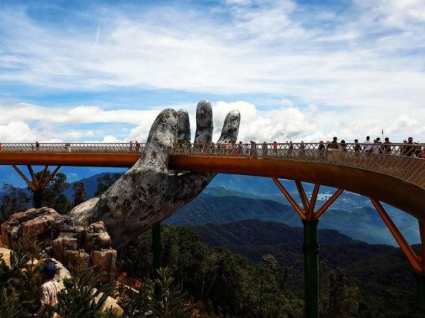 """Golden Gate, no Vietnã, é """"segurada"""" por mãos gigantes (Foto: Divulgação / bazan travel)"""