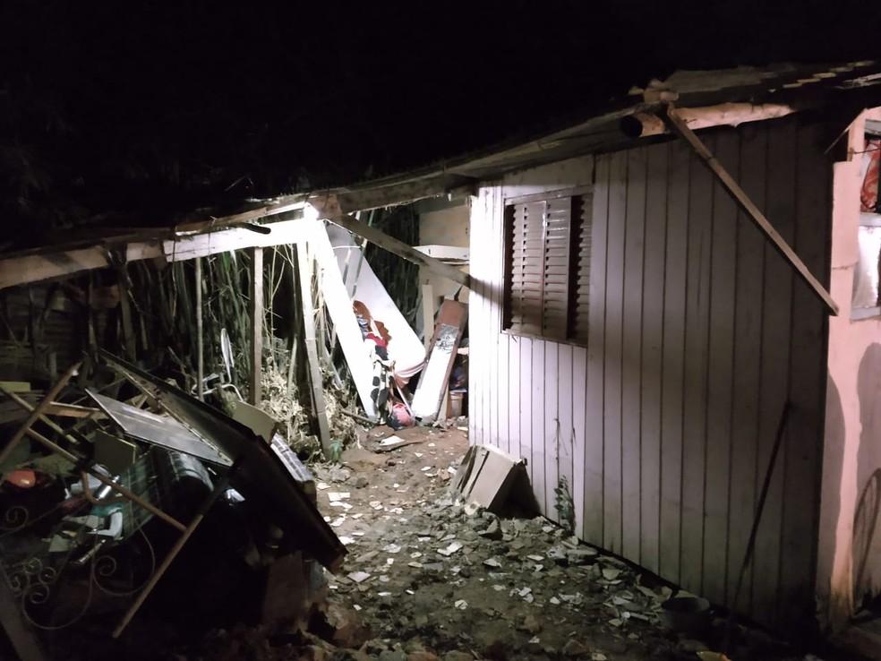 Corpo estava sob três camadas de piso do quarto da filha de 18 anos do suspeito. — Foto: Polícia Civil/Divulgação