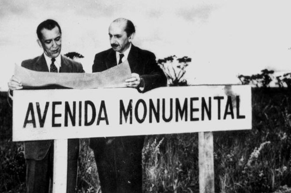 O ex-presidente Juscelino Kubitschek e Lucio Costa visitando terreno onde seria Brasília (Foto: Arquivo Público do Distrito Federal)