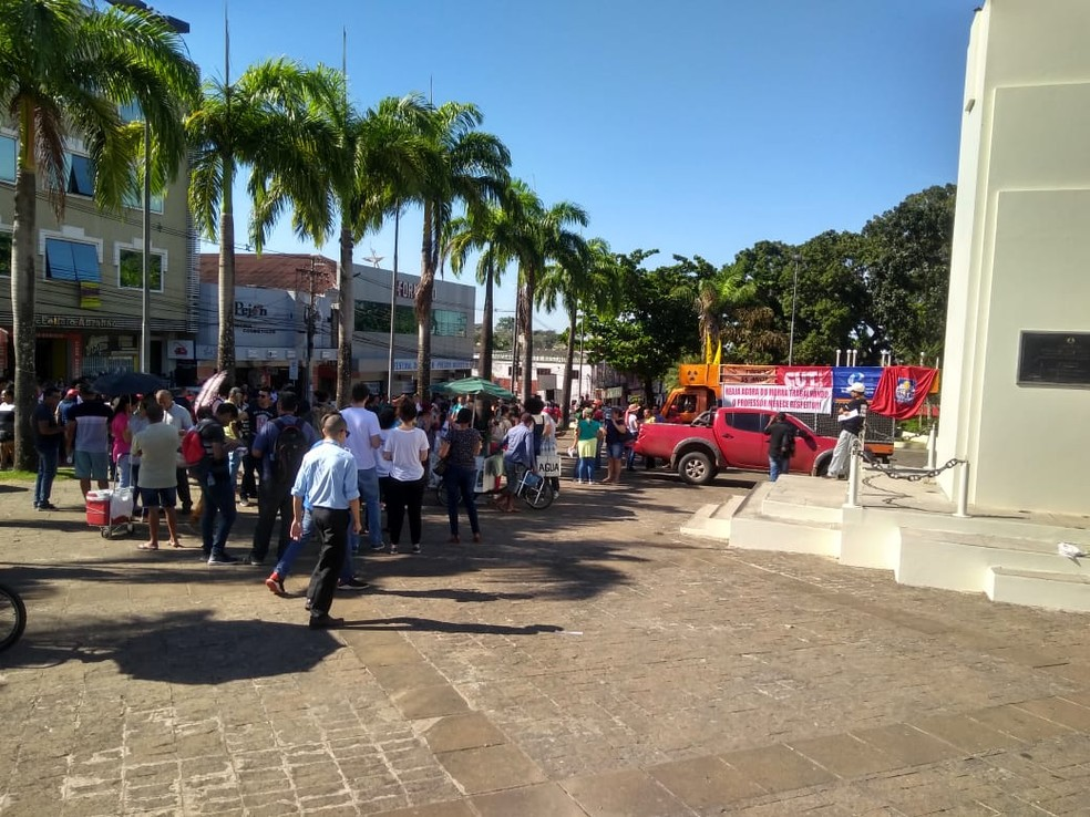 Rio Branco, 9h - Servidores da educação se reuniram na Praça da Revolução  — Foto: Alcinete Gadelha/G1