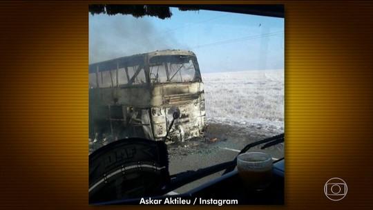 Ônibus com imigrantes pega fogo no Cazaquistão e 52 morrem