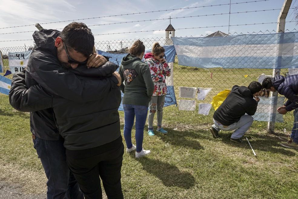 Familiares de Alejandro Damian Tagliapietra, tripulante ARA San Juan, expressam sua dor na sexta-feira (24) na base da Marinha da Argentina em Mar del Prata (Foto: Eitan Abramovich/AFP)
