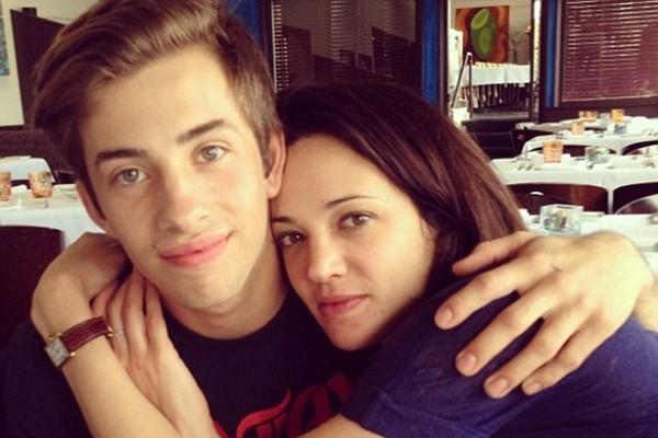 Asia Argento postou uma foto de si mesma abraçando Jimmy Bennett, então com 17 anos, em 9 de maio de 2013, no hotel onde ela é acusada de agredi-lo sexualmente (Foto: Instagram)