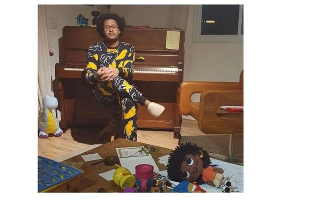 Emicida em frente ao seu piano e com os brinquedos da filha caçula (Foto: Reprodução/Instagram)
