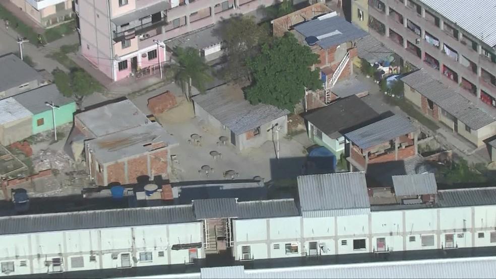 Condomínio em Benfica, Zona Norte do Rio, perdeu área de lazer devido a construções irregulares — Foto: TV Globo
