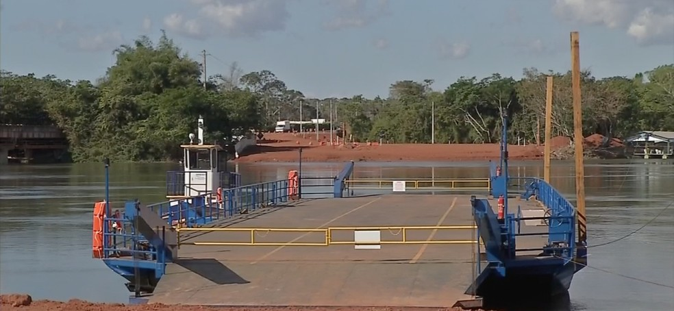 Duas balsas serão usadas para fazer a travessia dos veículos pelo Rio Teles Pires (Foto: Reprodução/TVCA)