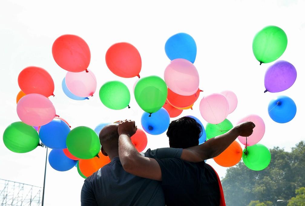 Indianos comemoraram decisão da Suprema Corte que decidiu nesta quinta-feira (6) descriminalizar a homossexualidade no país  (Foto: Manjunath Kiran / AFP)