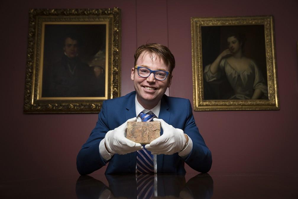 Cientista Daniel Mansfield com tábua Plimpton 322 (Foto: UNSW/Andrew Kelly)