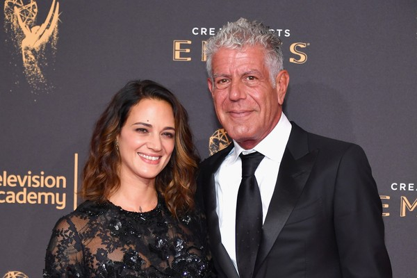 Anthony Bourdain posa com a companheira Asia Argento em red carpet do Festival de Cinema de Cannes (Foto: Getty)