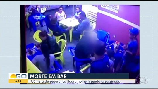 Vídeo mostra jovem sendo morto a tiros na frente dos amigos em um bar de Jataí