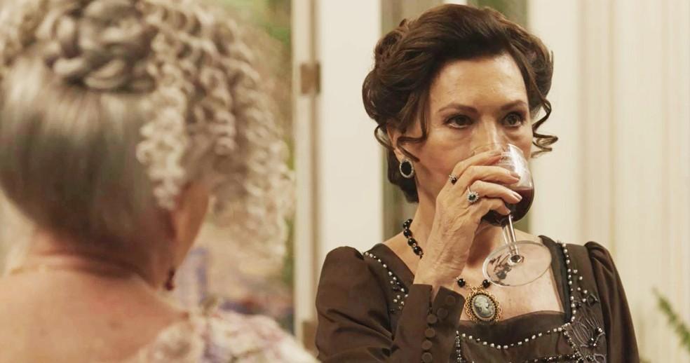 "Lady Margareth bebe vitamina ""batizada"" por Ofélia  (Foto: TV Globo)"