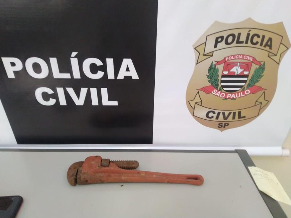 Chave de grifo utilizada para matar homem em Reginópolis foi apreendida pela polícia — Foto: Divulgação/Polícia Civil