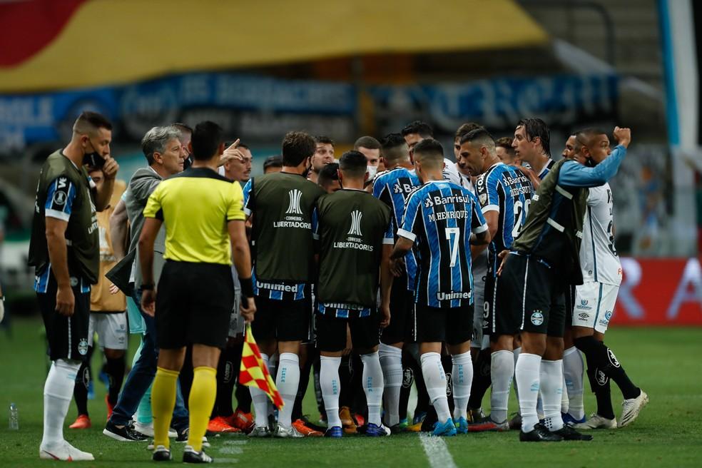 Confusão na partida entre Grêmio e Santos, pela Libertadores — Foto: Staff Images / CONMEBOL