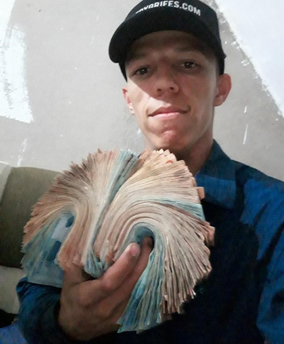 Elano Camilo era conhecido por ostentar em redes sociais com carros, motos e dinheiro (Foto: Redes sociais )