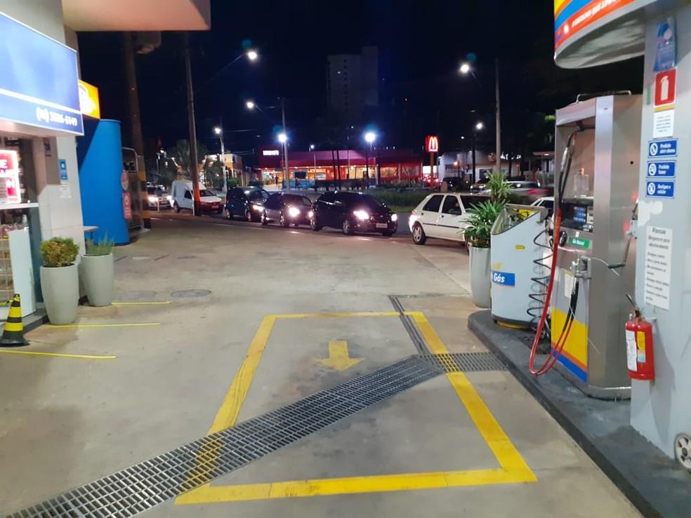 Motoristas fizeram fila de carros nos postos de combustíveis em Araraquara — Foto: Arquivo Pessoal