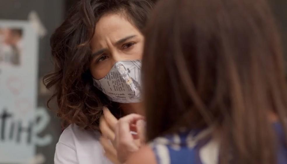 Érica fala que Thelma está com o cheiro de Lurdes — Foto: Globo