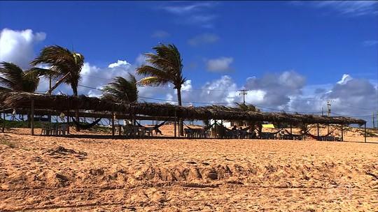 Litoral de SE tem belas praias com dunas, lagoas e desova de tartarugas