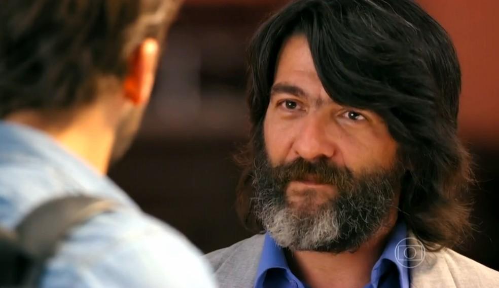 Dom Rafael (Cesar Troncoso) faz ameaças a Cassiano (Henri Castelli), na novela 'Flor do Caribe' — Foto: Globo