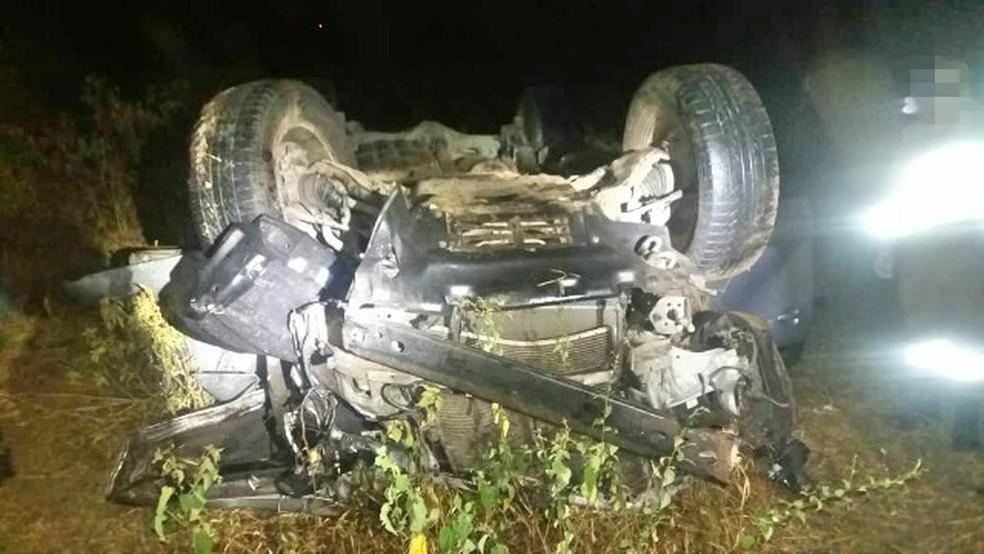 Carro após acidente na BR-232 em Bezerros (Foto: Polícia Rodoviária Federal/Divulgação)