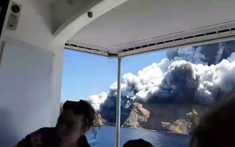 Turistas deixam vulcão da Ilha Branca em erupção nesta segunda-feira (9), na Nova Zelândia — Foto: Allessandro Kauffmann/Redes sociais