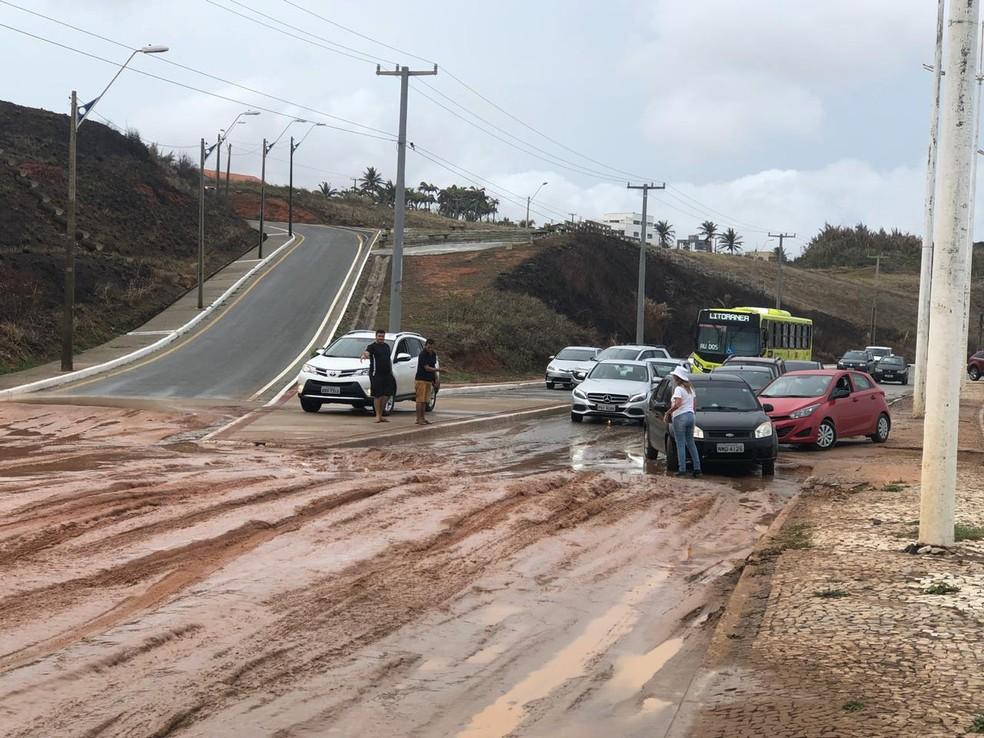 Terra deslizou de uma barreira e interrompeu o fluxo do trânsito na Avenida Litorânea em São Luís — Foto: Zeca Soares/G1 MA