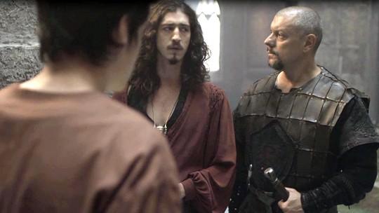 Romero encontra Ulisses no castelo e finge que não conhece o filho