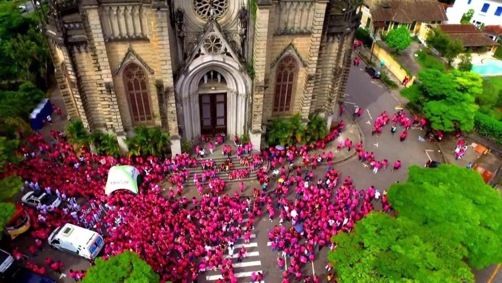 Antes da pandemia, APPO realizava caminhada pelas ruas de Petrópolis para marcar o fim da campanha do Outubro Rosa — Foto: Divulgação