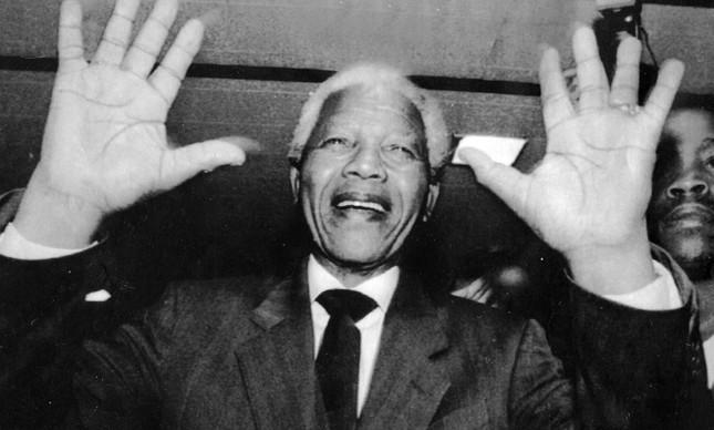 Nelson Mandela acena para simpatizantes durante eleição, em fevereiro de 1994
