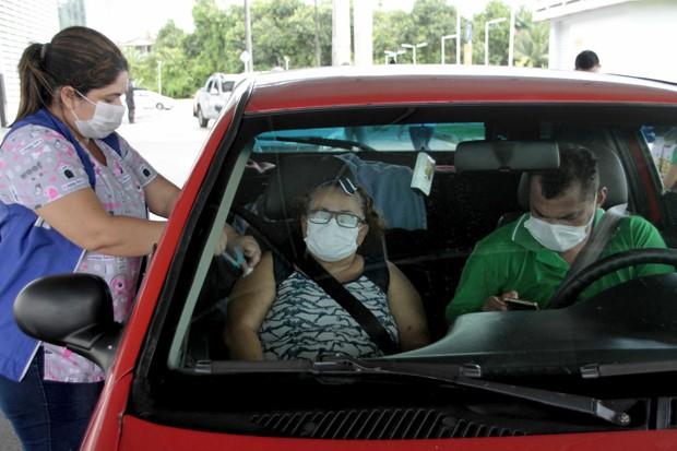 Campanha de vacinação contra a gripe por drive-thru (Foto: Altemar Alcantara/Semcom/Fotos Públicas)