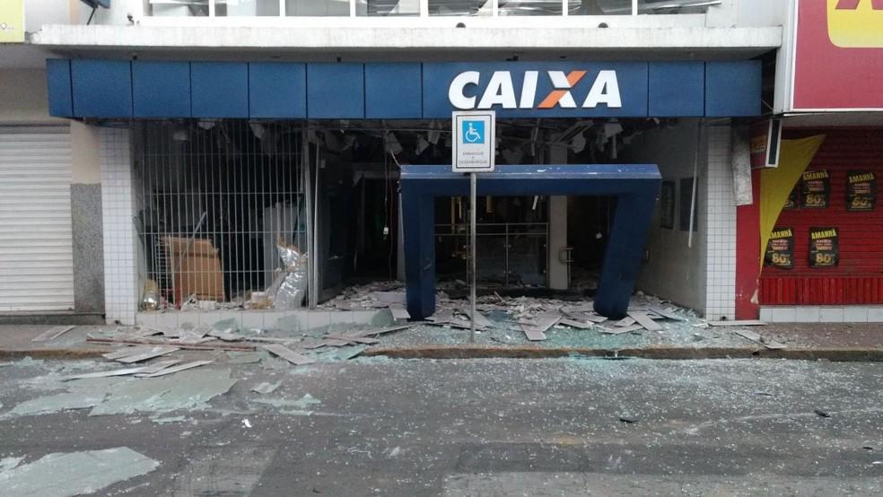 Banco foi explodido na madrugada desta sexta-feira (5) em Bezerros (Foto: Anderson Melo/TV Asa Branca)