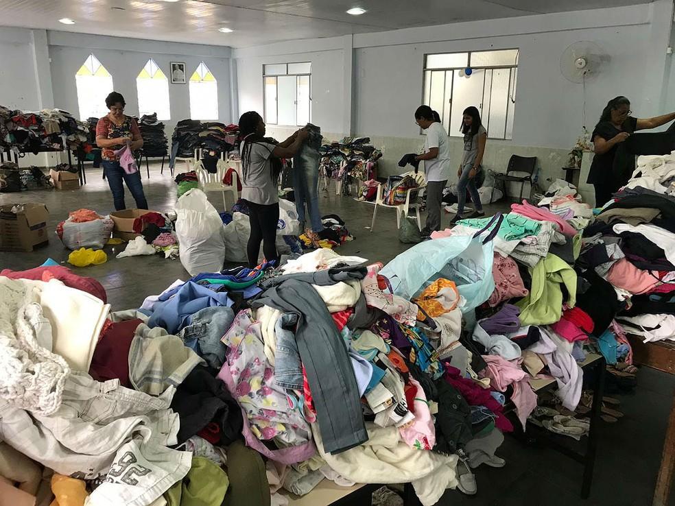 8612785c973 ... Integrantes das pastorais separam as roupas doadas na Igreja de Nossa  Senhora Aparecida em Juiz de