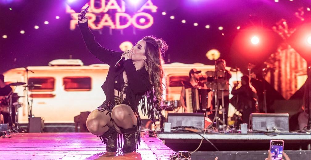 Lauana Prado faz selfie com celular de fã no palco Amanhecer da Festa do Peão de Barretos 2019 — Foto: Caio Duran/Divulgação