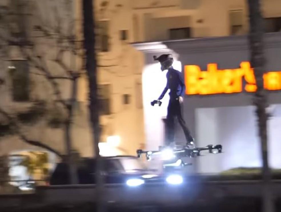 """Hoverboard lembra skate de """"De volta para o futuro 2"""" — Foto: Reprodução/YouTube"""