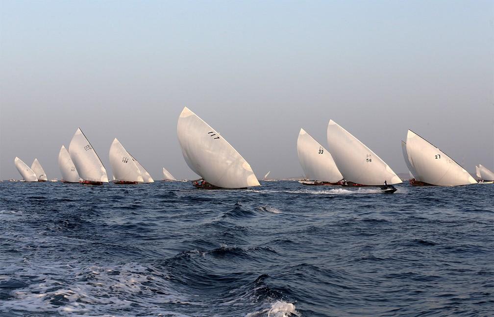 3 de maio - Equipes competem na 29ª edição do torneio de barco a vela conhecido como 'The Gaffal', perto da ilha Sir Bu Nuayr, nos Emirados Árabes Unidos — Foto: Satish Kumar/Reuters