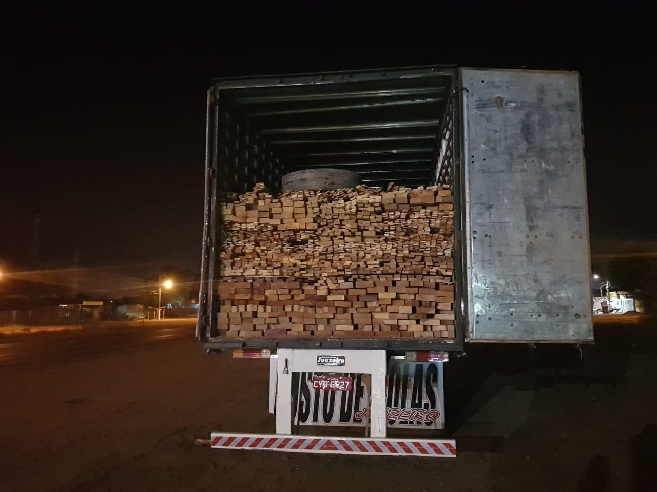 PRF apreende caminhão com madeira ilegal em Dom Eliseu - Radio Evangelho Gospel