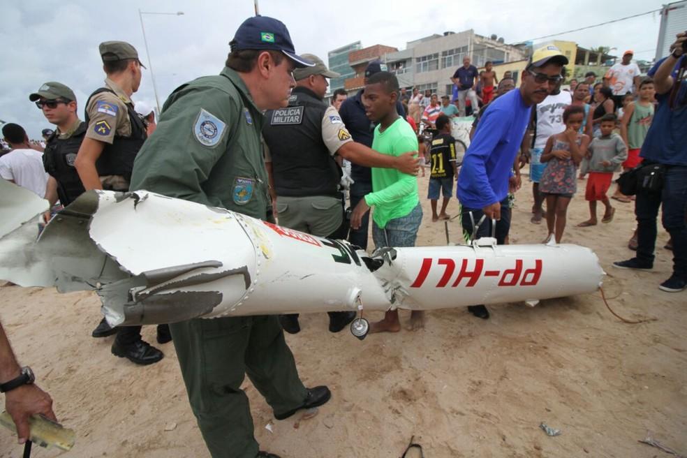Prefixo do Globocop que caiu no Recife pode ser visto na parte da fuselagem retirada do mar (Foto: Aldo Carneiro/Pernambuco Press)