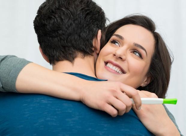 Casal comemora ao ver teste de gravidez (Foto: Thinkstock)