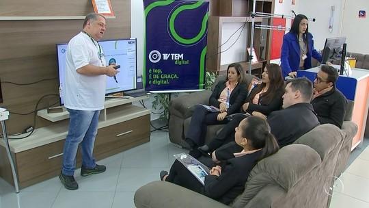 Vendedores recebem treinamento para orientar clientes sobre a TV