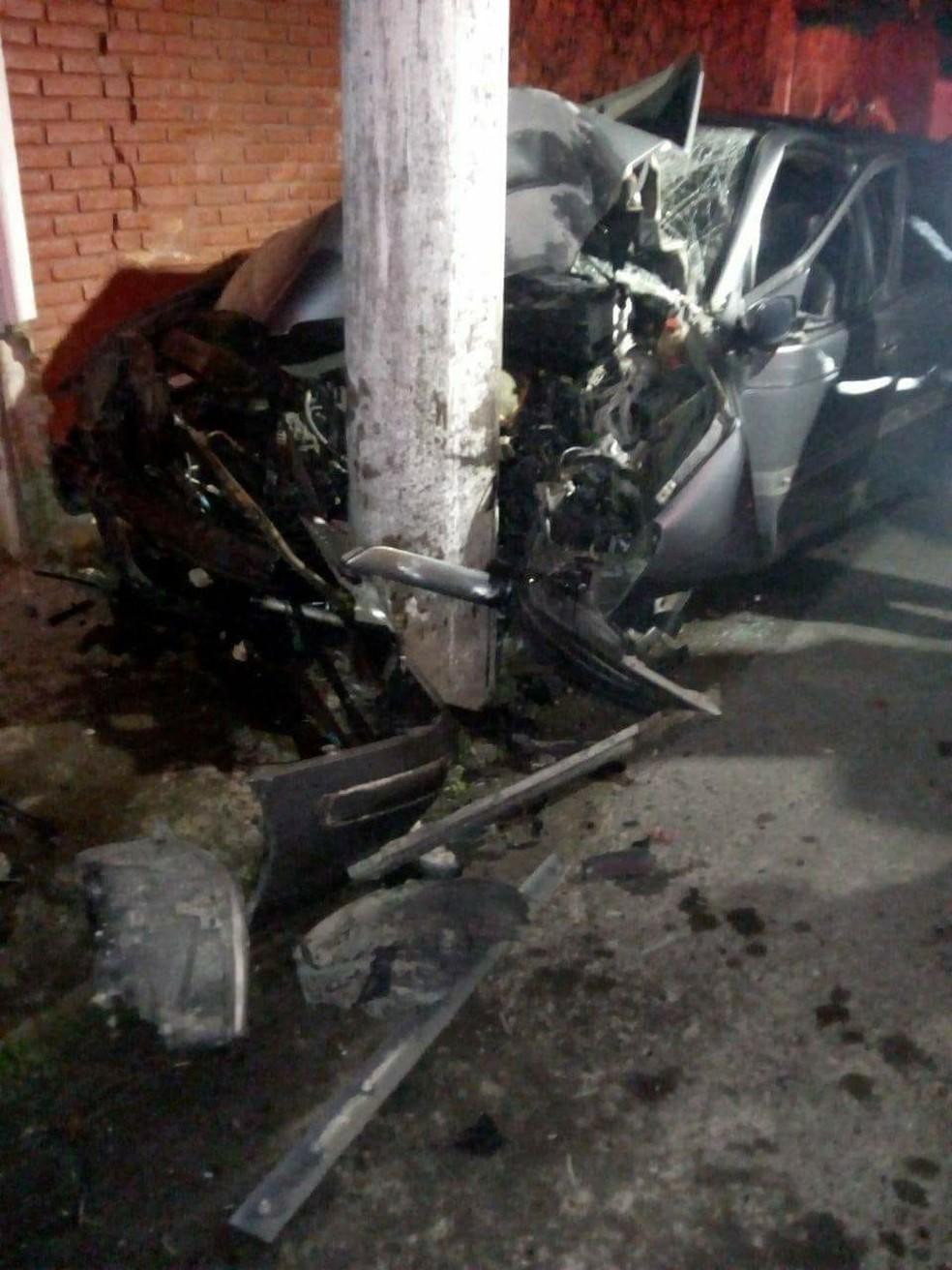 Homem morre após bater o carro em poste no Centro de Ubatuba, SP (Foto: Fabricio Tcheller/Arquivo pessoal)