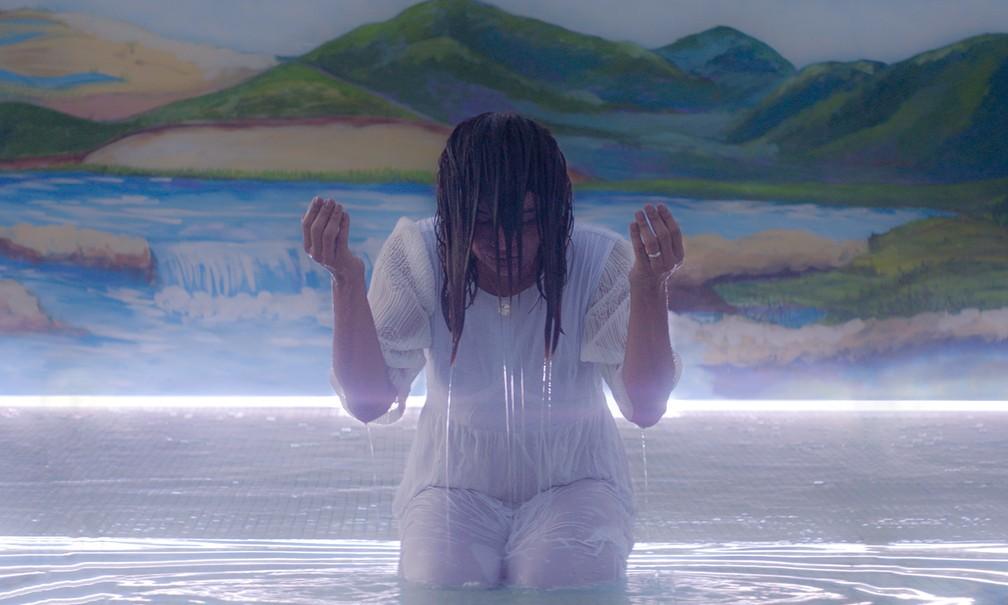 Dira Paes em cena de 'Divino amor' — Foto: Divulgação