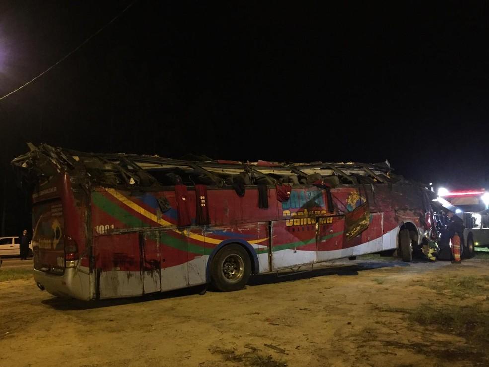 Ônibus ficou destruído após tombar na Floriano Rodrigues Pinheiro — Foto: Laurene Santos/ TV Vanguarda
