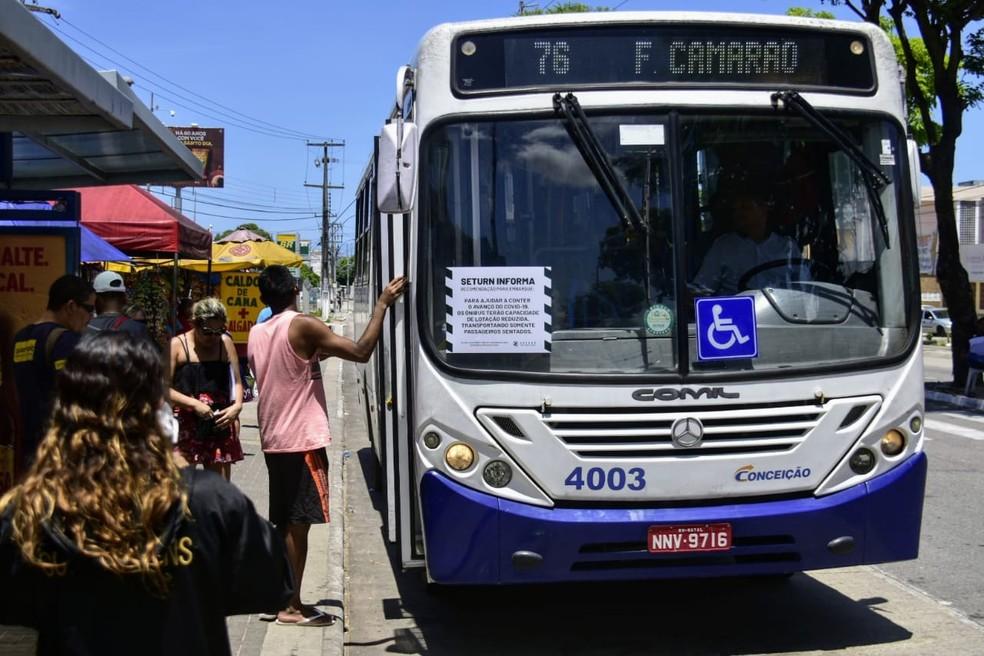 Ônibus operam em Natal com avisos sobre cuidado com aglomerações e não circulam com passageiros em pé — Foto: Pedro Vitorino