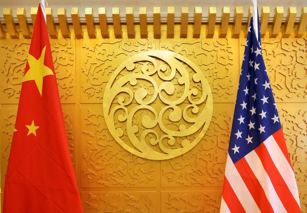 Bandeiras da China e dos Estados Unidos em imagem de arquivo de encontro diplomático de representantes dos países em abril (Foto: Jason Lee/Reuters)